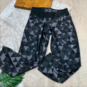 Nike Dri-Dit Printed Cropped Athletic Pants 1836